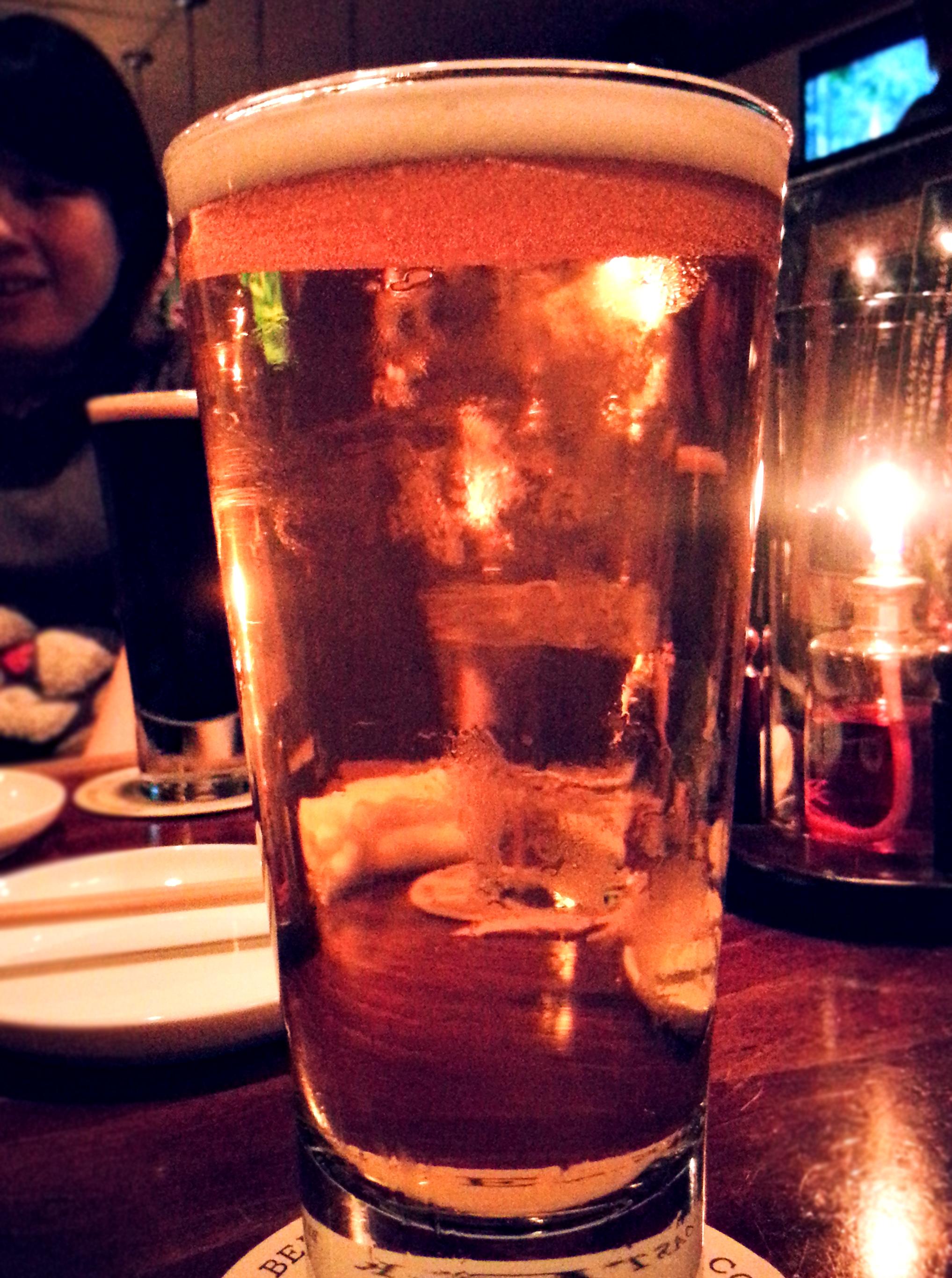 背景に照明を置いて撮ったビール